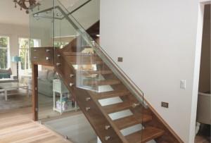 Mediniai laiptai su stiklu